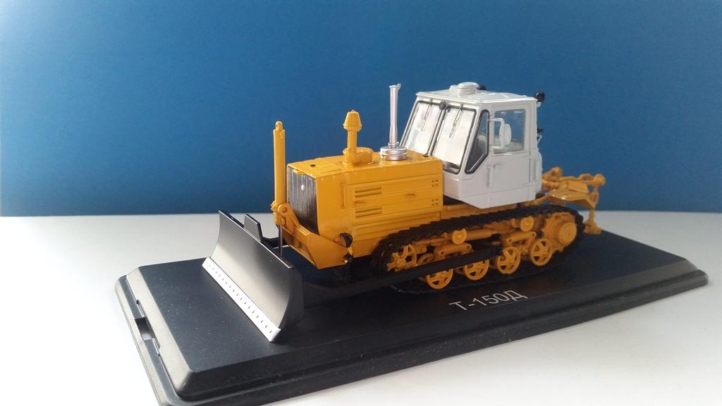 SSM8015 Caterpillar Traktor T-150 1:43
