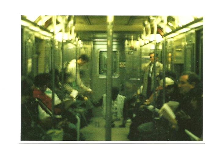 Pocztówka - Pasażerowie w metrze i ... deskorolka