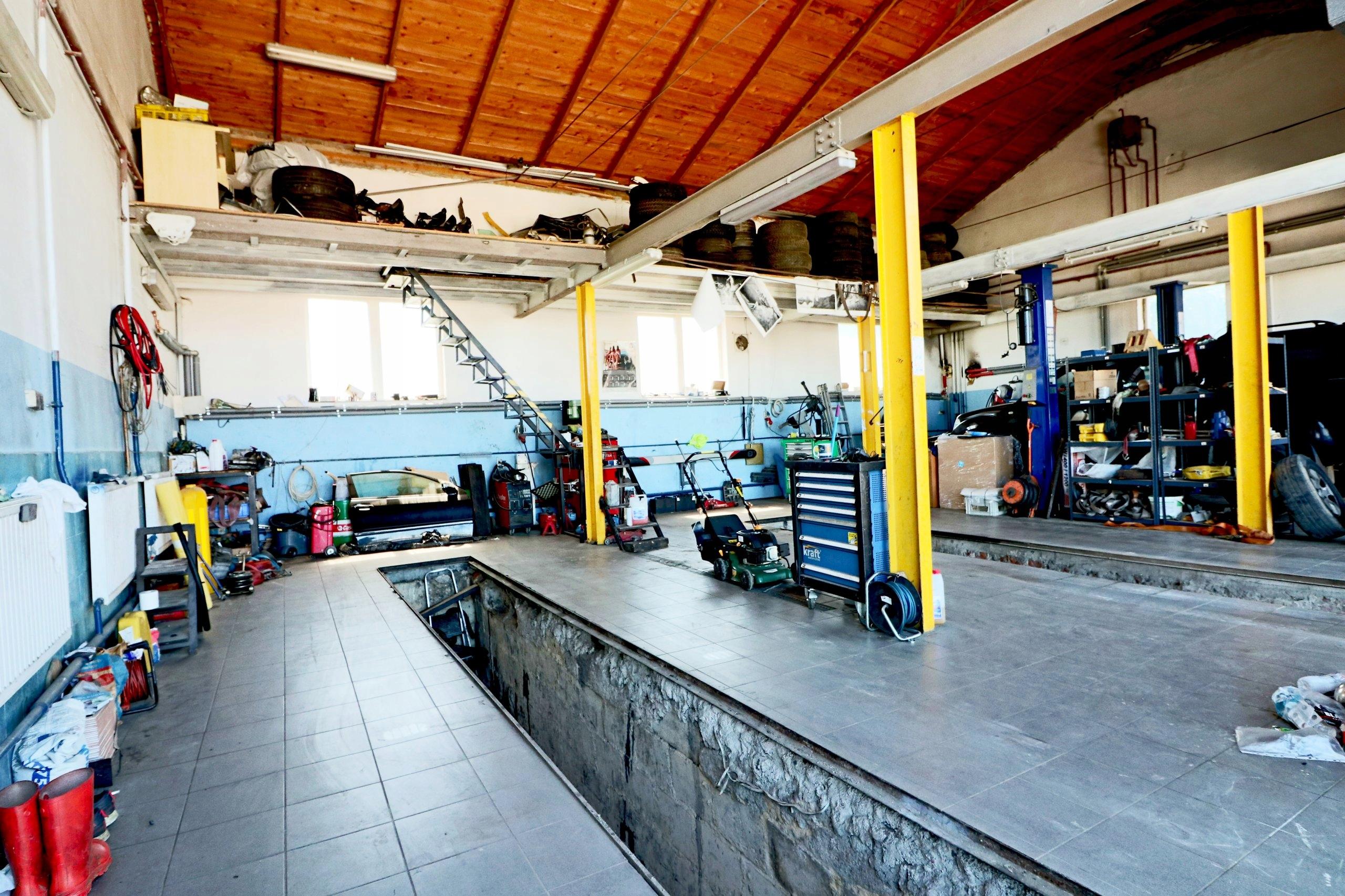 Wyposazony serwis mechaniczny z biurem i wysokimi