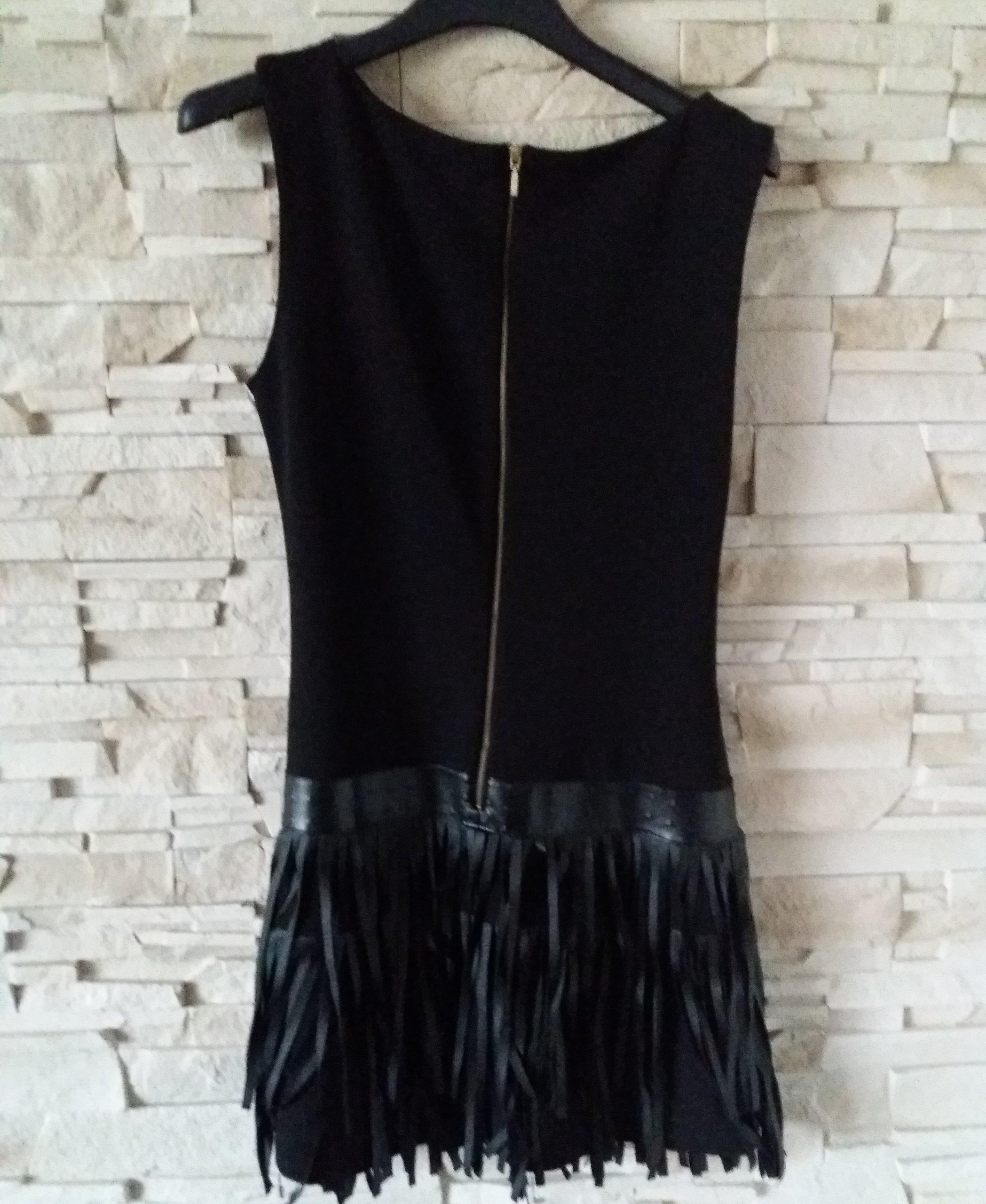0eabddb828 Sukienka z frędzlami i wytłaczaną skórką czarna - 7167622512 ...