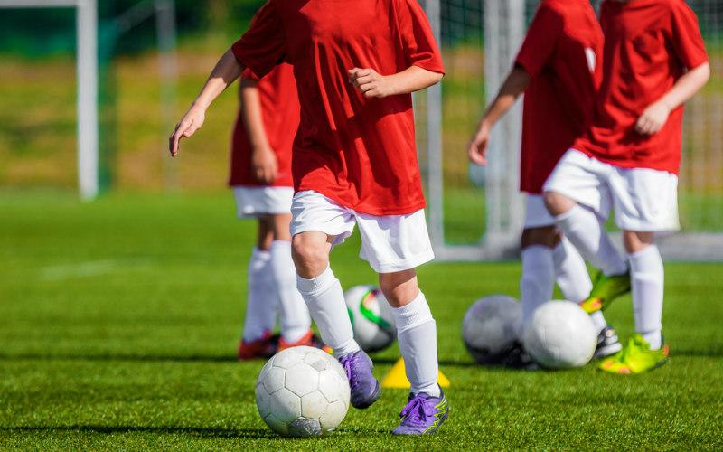 b1c6371dc4a279 Pierwszy trening piłki nożnej – 5 produktów, które musisz mieć ...