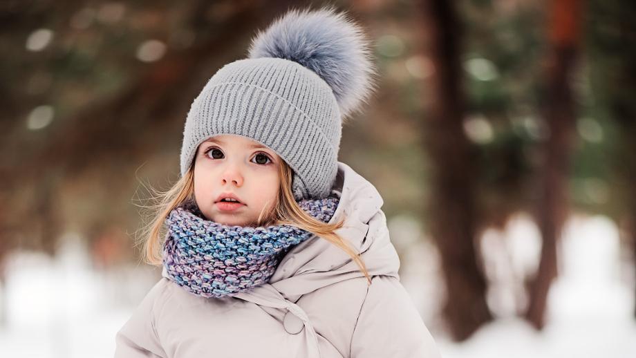 Modne zestawy na zimę dla dzieci – czapka i szalik