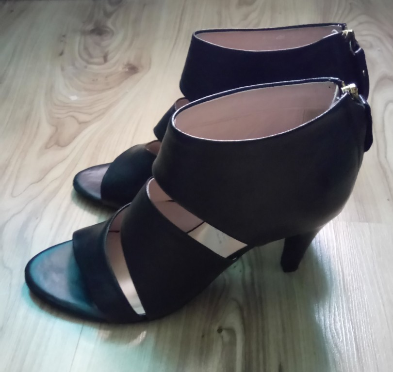 czarne skórzane sandały na obcasie marki 5th Avenue